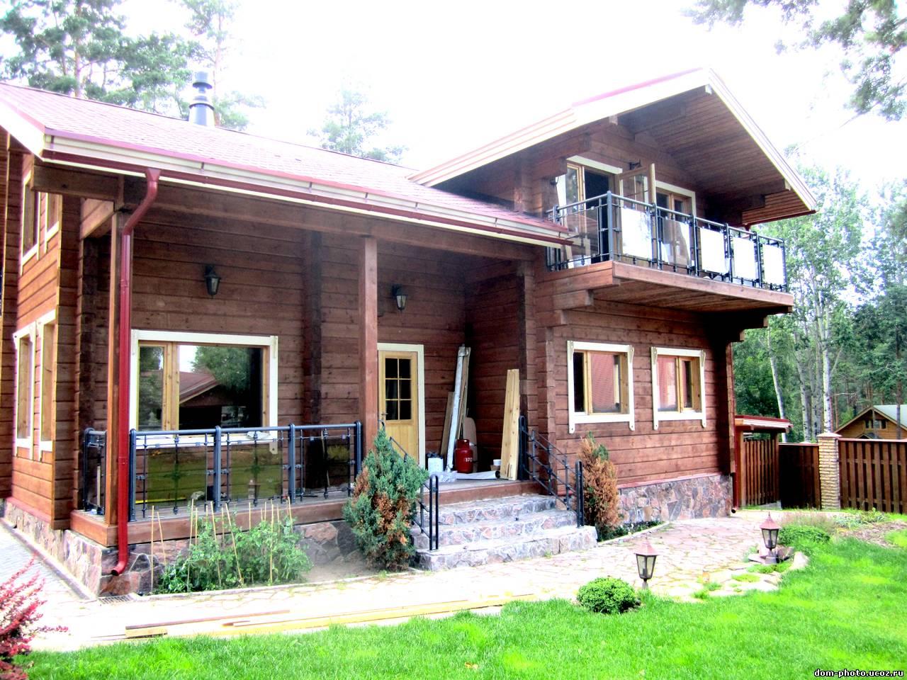 Частный дом и балкон.